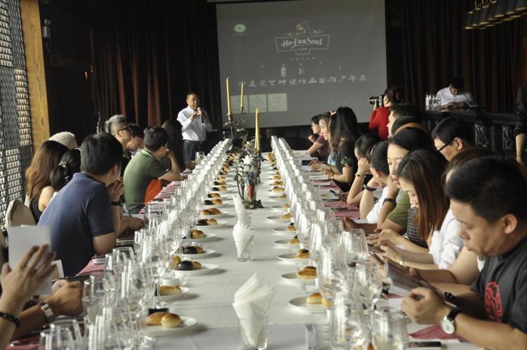 贺兰神国际酒庄董事长陈德启在午宴上介绍酒庄