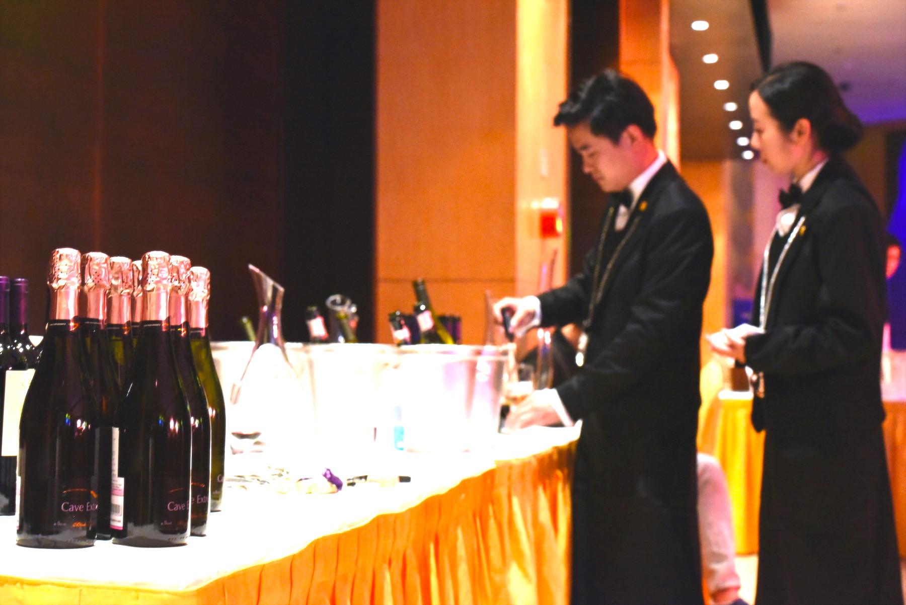 侍酒师在现场测试酒温