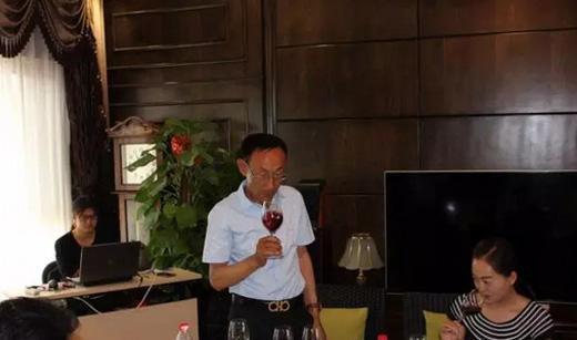 酿酒师郭万柏先生带领嘉宾品鉴佳酿