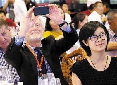国外嘉宾纷纷记录下葡萄酒博览会的盛况