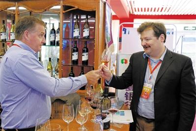 国外宾客品尝由外国酿酒师在贺兰山东麓酿造的葡萄酒