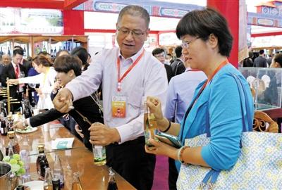 """西夏王葡萄酒业开发的葡萄汁新产品成为博览会""""新宠"""""""